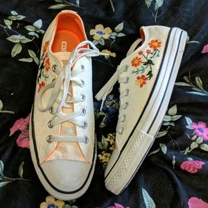Converse embroidered sneaker size 9